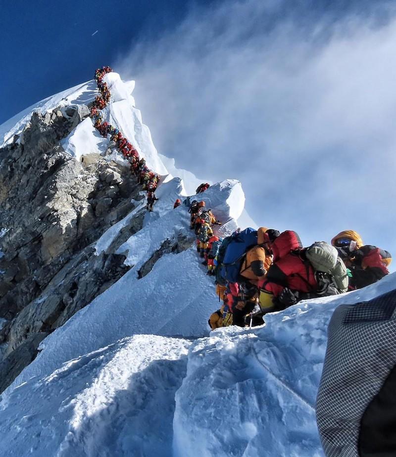 大量登山客在8848公尺聖母峰山頂附近大排長龍等候攻頂,造成「塞車」釀憾事。(法新社)