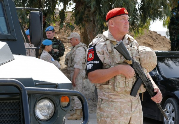 俄羅斯也來敘北插旗,俄羅斯在8日宣布,即刻起派遣俄羅斯特種憲兵駐紮在曼比季周圍,進行維安巡邏,以防止恐怖分子與土耳其發動攻擊。圖為駐紮在以敘邊境的俄羅斯特種憲兵。(法新社)