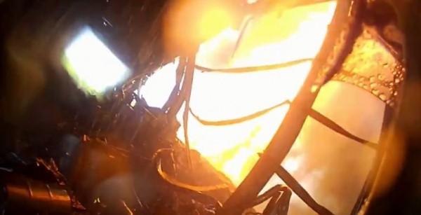 一名消防員的在臉書分享「火場第一視角」,距離消防員不遠處的起火點竟突然響起一陣爆炸聲。(圖擷取自臉書「爆廢公社」)