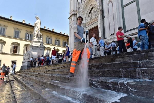 佛羅倫斯市長想出了一個極端的方法保護「文藝復興搖籃」,即在台階上灑水,讓遊客無法坐在溼答答的地上野餐,以免留下垃圾破壞古蹟。(歐新社)