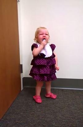 2歲女童派柏在得知自己有了新妹妹時,情緒大崩潰。(圖擷取自YouTube)