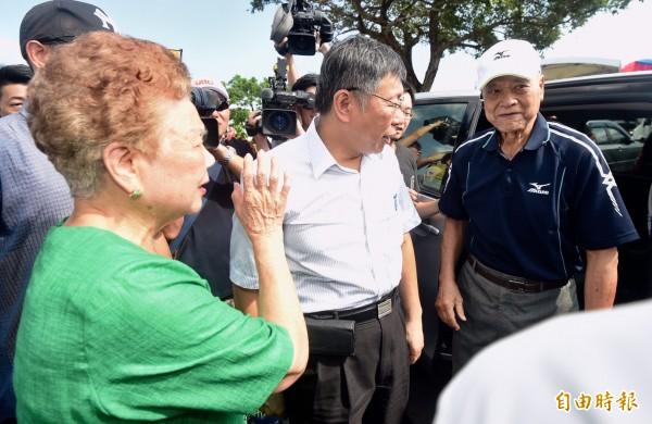 台北市長柯文哲下午出席野餐活動,在幕僚安排下,柯文哲和父母在座車上簡單寒暄。(記者簡榮豐攝)