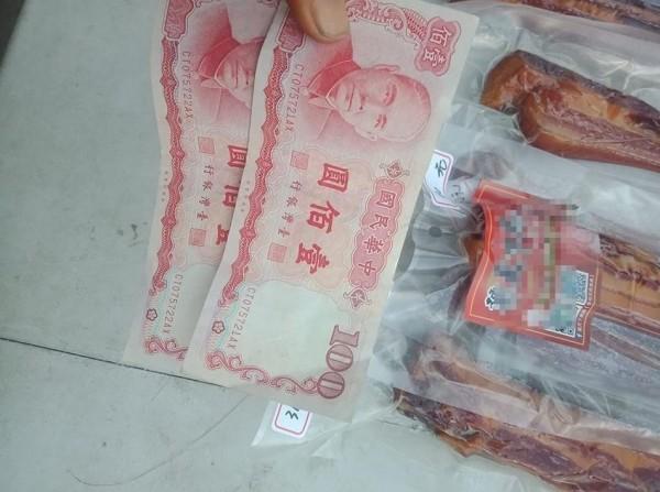 原PO凌晨5點多擺攤賣臘肉時,突然來了一名老阿嬤,買了200元臘肉離去,網友突然發現老阿嬤給的錢竟是舊鈔。(圖擷取自臉書社團「爆廢公社公開版」)