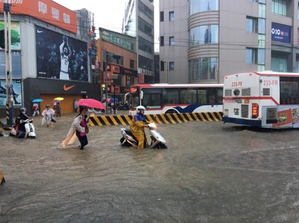 新北市受暴雨影響,淡水捷運站前路口淹水。(淡水分局提供)