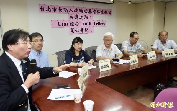 台灣關懷中國人權聯盟理事長楊憲宏(左)表示,葛特曼赴北檢應訊對自己的陳述非常有信心,希望柯文哲也能向法院交代清楚。(記者簡榮豐攝)