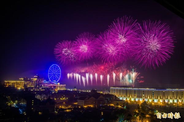 五彩燦爛的煙花在空中綻放,讓夜空增添美麗色彩,現場上萬群眾眼睛直盯天空驚呼不已,也迎接2017年到來。(記者張忠義攝)