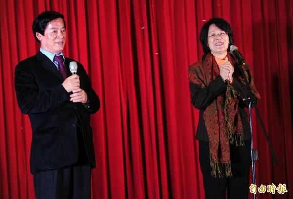 蒙藏委員覺安慈仁(左)曾被爆蹺班帶爆乳女洗三溫暖、上摩鐵。右為時任蒙藏委員長羅瑩雪。(資料照)