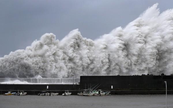 燕子登陸日本,強大的威力打破多地風力紀錄。(路透)