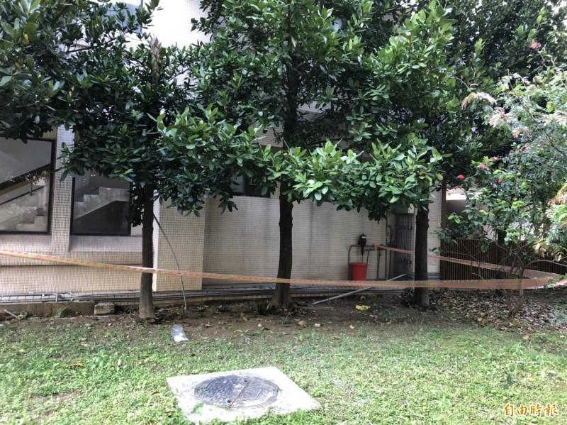 疑似是台科大研究生的游姓男子偷窺校內女廁,被發現想逃離時,墜樓受傷。(記者邱俊福攝)