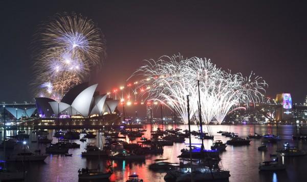 澳洲在台灣時間晚上10點迎來了2019年,今年的澳洲雪梨煙火秀長達12分鐘,共有多達10萬發煙火發射,是今年跨年全球最盛大的煙火秀。(法新社)