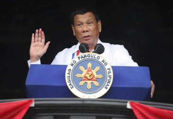 菲律賓總統杜特蒂日前再度槓上天主教會,稱上帝是「蠢蛋」,惹怒這個天主教國家的一大票民眾。(美聯社)