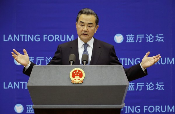 APEC高峰會11月在北京舉行,屆時將會簽署反貪腐協議,中國外交部長王毅呼籲國際社會更加合作。(路透社)