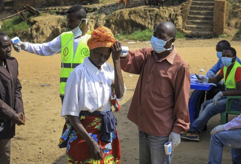 烏干達衛生部今(12)日通報,該國首例伊波拉病例、5歲剛果男童已在今早病逝,並且又確診2個病例。圖為剛果因應伊波拉疫情擴散,加強邊境檢驗。(美聯社)