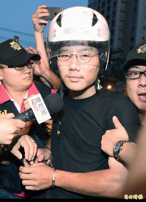 龔嫌自稱想當鄭捷第二,在送往地檢署時遭到民眾憤怒追打。(記者廖振輝攝)