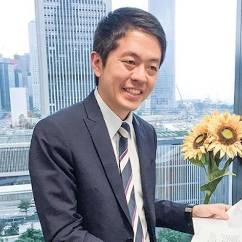 香港《國歌條例》草案30日進入審議草案條文階段,民主派議員許智峯(見圖)要求發言被拒,最後竟遭保安人員抬走。(圖擷取自臉書)