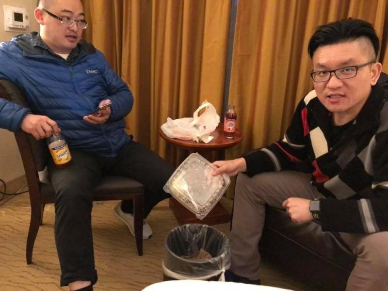 RJ(圖左)與童仲彥(圖右)日爆料,在飯店看到了吳祥輝與李茂玄等獨派人士。(圖取自台灣阿童─童仲彥臉書專頁)
