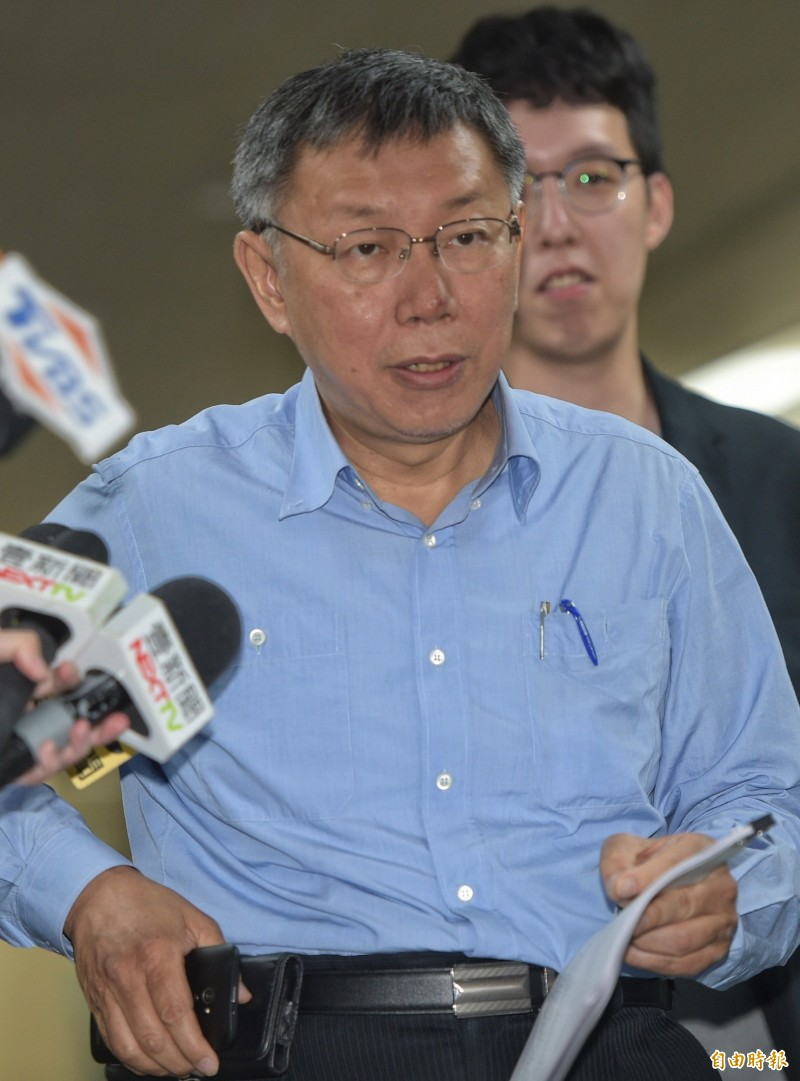 台北市長柯文哲17日在市府受訪,就時事發表看法。(記者張嘉明攝)