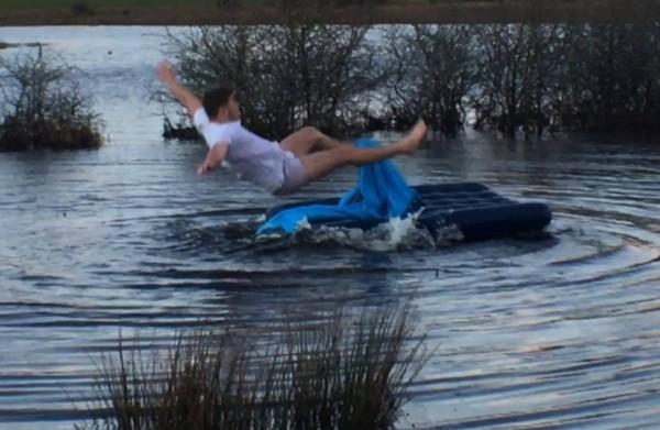 艾略特努力地用手划回岸邊,不過還是腳一滑跌到水中。(圖擷取自臉書粉絲專頁「Ben Phillips」)