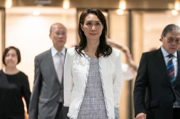 「澳門賭王」之稱的澳博創辦人何鴻燊卸任公司主席一職,在17個子女中,由二房次女何超鳳接棒。(彭博)