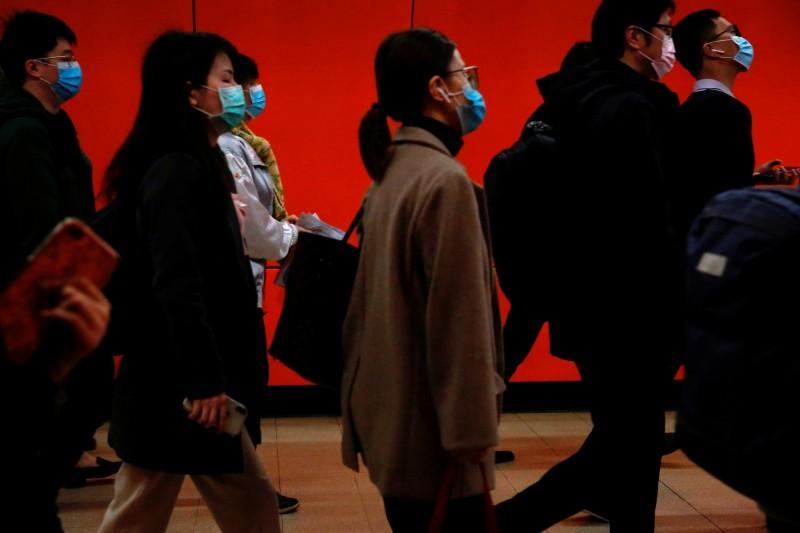 網路出現徵求台灣女模特兒以「口罩」議題拍仇中影片的訊息,遭網友質疑是中共統戰行動。圖中,香港民眾戴著口罩通勤。(路透檔案照)