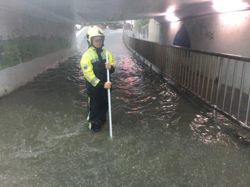 昨日北台灣下起大雨,淡水區中正東路二段涵洞積水,水深約60公分。(消防局提供)