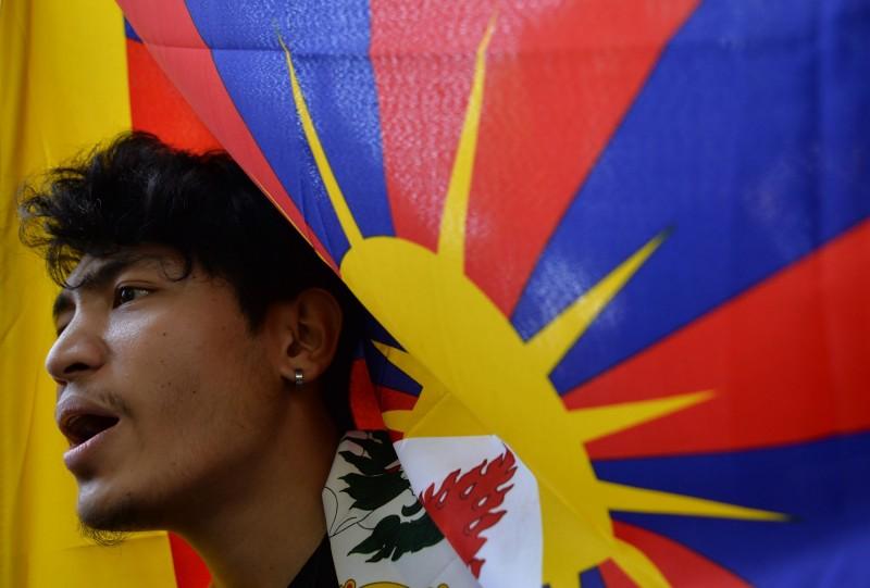 西藏達賴喇嘛流亡60周年,印度的流亡藏人今天(10)上街集會,高呼反華口號。(法新社)