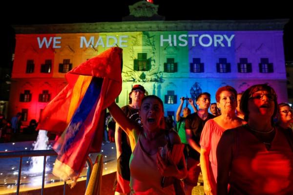 馬爾他(Malta)國會在週三(12日)表決通過同性婚姻合法化,民眾在首都法勒他(Valetta)市中心的總理府外歡呼。(路透)