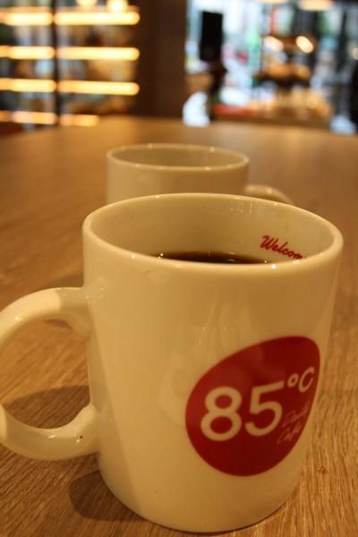 85度C旗下3款咖啡獲咖啡烘焙評鑑90分以上的高分,一舉超越星巴克的88分。(圖擷自《85度C》臉書專頁)