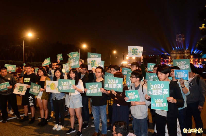 總統府前音樂會,一群年輕人聚集在凱道上,高舉海報挺小英競選連任總統。(記者王藝菘攝)