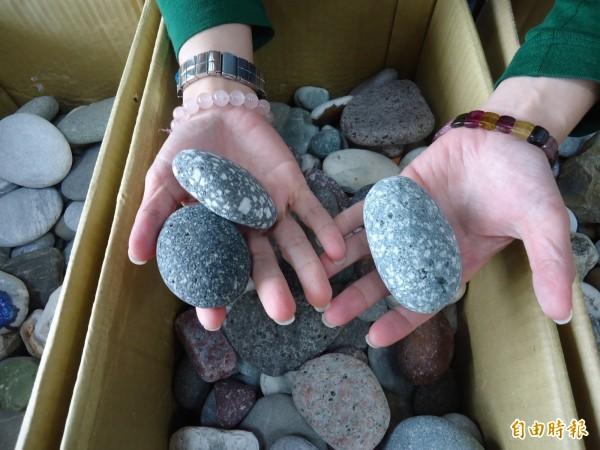 桃園機場海關寄回東管處的箱子,裝滿中客欲夾帶回國的東海岸石頭。(資料照,記者黃明堂攝)