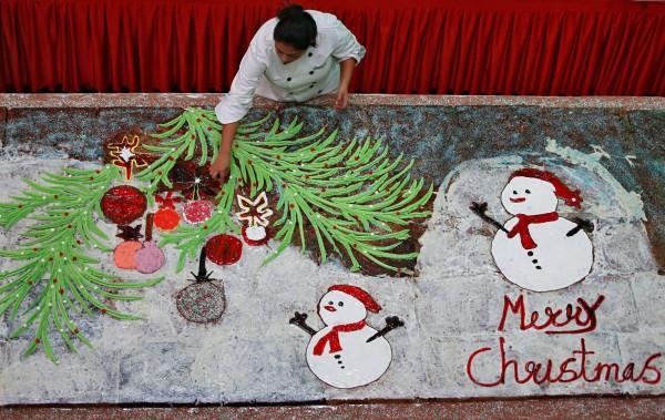 印度1名蛋糕師做出了大約17.1公尺長的耶誕蛋糕。(路透)