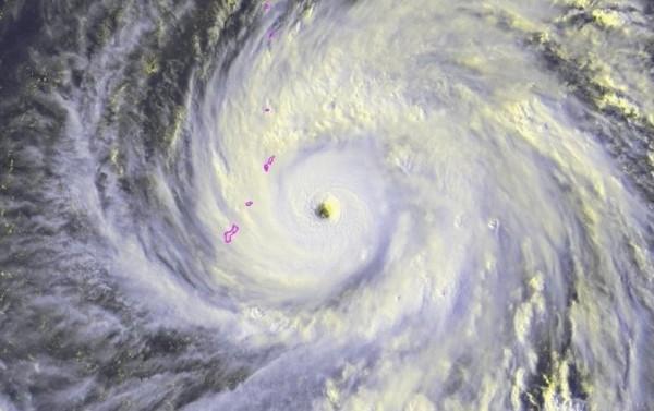 玉兔颱風已轉強颱,瞬間最大風力超過強烈破壞性的17級陣風。(圖擷取自傑森.尼科爾斯推特)