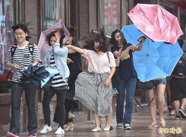 輕度颱風海棠持續進逼台灣,暴風圈已觸及台灣本島南端陸地,對南投、嘉義以南地區,以及花東地區構成威脅,高雄市與屏東縣須嚴防超大豪雨。(資料照,記者劉信德攝)