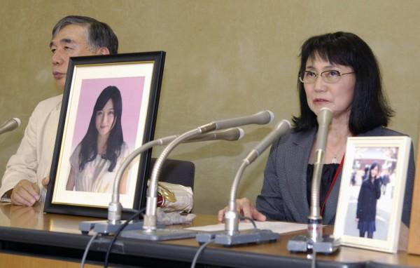 過勞自殺的電通前員工高橋茉莉之母與律師。(美聯社)