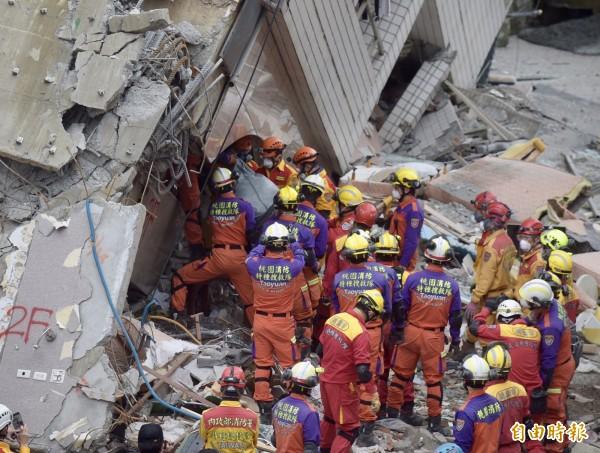 花蓮震災雲門翠堤大樓傾斜,經搜救人員漏夜開挖,加拿大籍港裔Peter so夫婦遺體下午被找到,此次震災罹難人數增為12人。(記者黃耀徵攝)