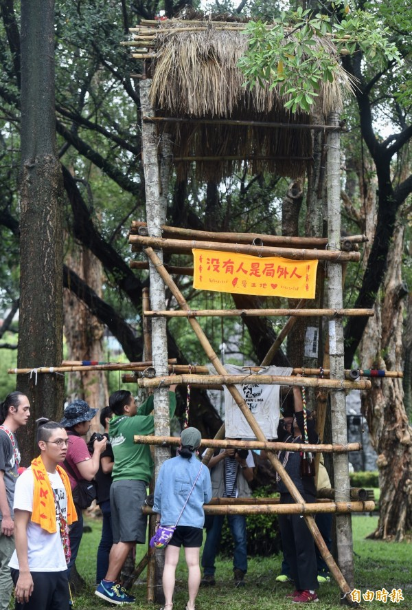 東華大學原住民民族學院師生18日舉行「全原就位:再上凱道,走入部落」記者會,現場搭建瞭望台,象徵守望這塊土地,並將傳統信物掛在瞭望台,聲援原住民族自主宣告傳統領域。(記者簡榮豐攝)