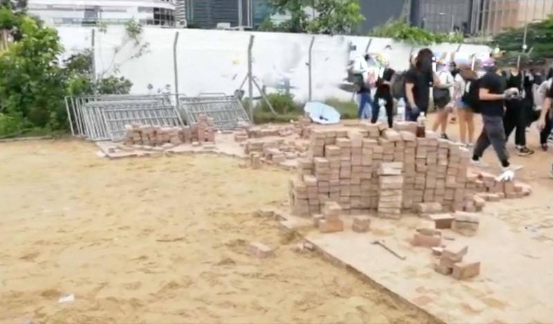 港警方發布警告,切勿投擲磚頭,因此舉可能會嚴重傷害他人身體,甚至致命,是嚴重違法行為。(圖擷自「香港警察 Hong Kong Police」臉書)