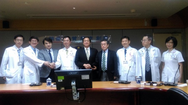 亞洲醫師協會理事長菅波茂(左3)、專長燒傷的日本集中治療醫學會理事氏家良人(右4)2日前往三總了解八仙塵爆傷患醫療狀態,將對收治最多傷患的醫院,提供醫療援助。(中央社)