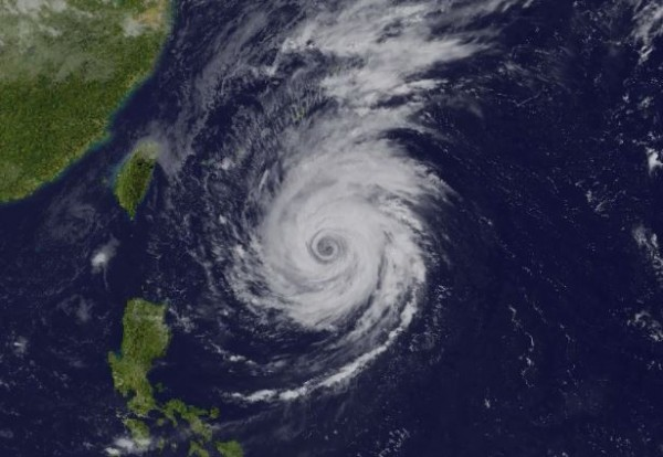 美氣象專家指出,潭美颱風在明(27)日晚間前僅會小幅度移動。(圖擷取自傑森.尼科爾斯推特)