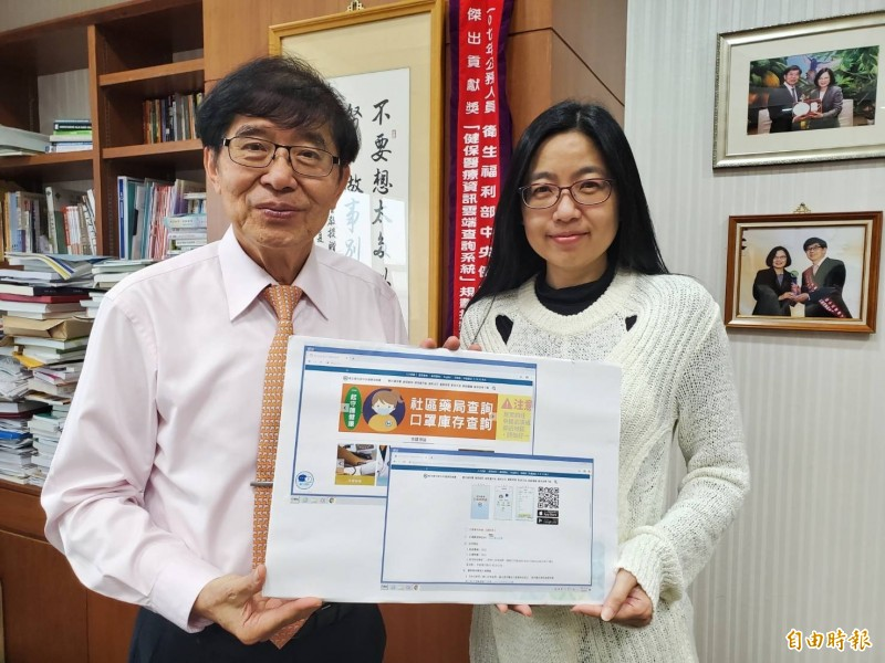 圖為近日衛福部健保署長李伯璋(左)與資訊組副研究員陳孜瑜(右)說明防疫口罩管控系統建置過程。(資料照)