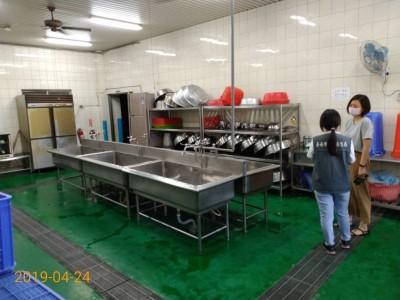 台南市衛生局與校方人員實地了解學校廚房清潔衛生狀況。(記者王俊忠翻攝)