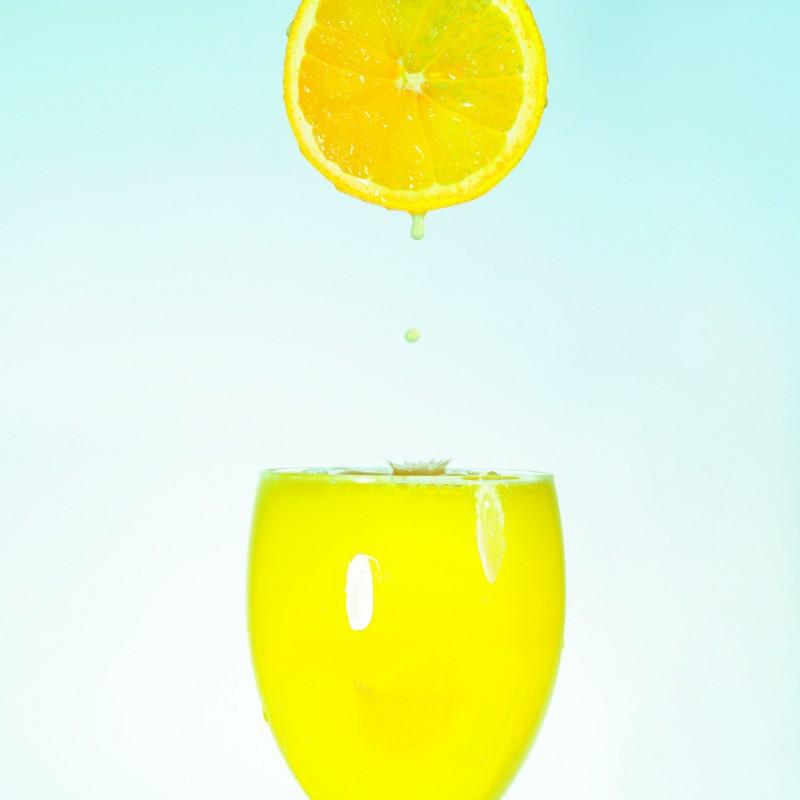 以色列一名婦女聽信偏方,3週內只喝果汁和水來減肥,結果「水中毒」。(情境照)
