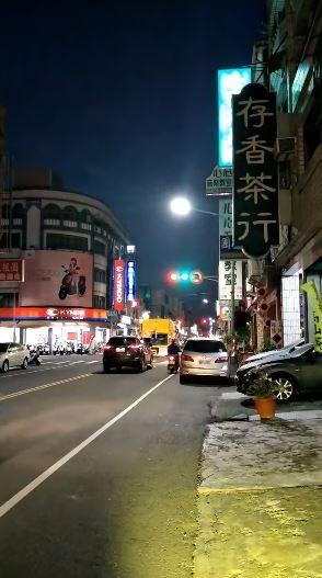 高雄小港孔鳳路上的紅綠燈故障,導致三種燈號瘋狂亂切換,讓用路人不知所措。(圖翻攝自爆料公社)