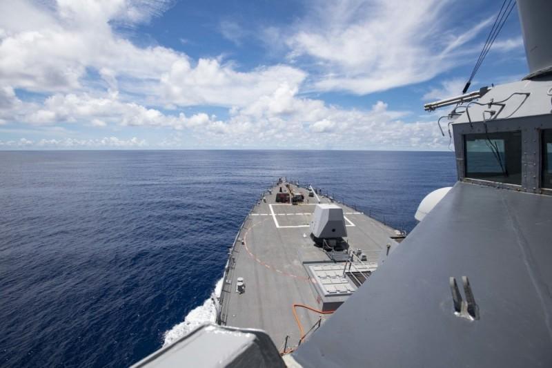 美國海軍驅逐艦「拉爾夫·強森號」14日前往南海巡航。(圖擷取自美國第七艦隊臉書粉絲專頁)