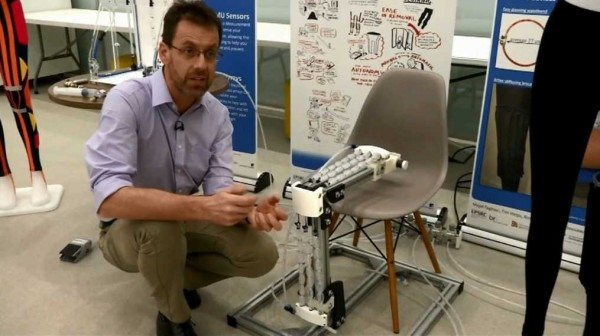 英國大學正在研發一種「機器人褲」,只要穿上它,就能讓行動不便的人再度站立,甚至上下樓梯。(翻攝自WIVBTV)