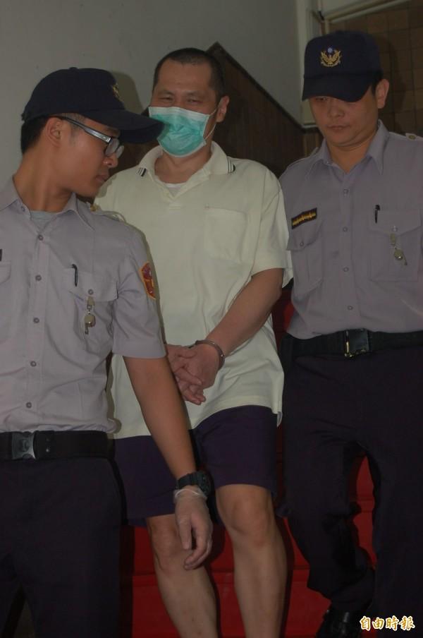 去年除夕夜縱火燒死父母等6位親友的翁仁賢,今天在高院應訊後押時,竟對媒體詢問對犯行是否後悔等問題,冷冷地說「想太多」。(記者楊國文攝)