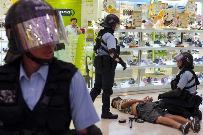 香港警方昨日於淘大商場內逮捕多名年輕人,但遭當地居民質疑是選擇性執法。(美聯社)