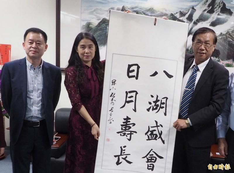 台灣省人大代表、重慶市台聯會長許沛(左二)昨天表示歡迎韓國瑜出訪中國,還建議要送熊貓給高雄。圖為許沛今年初來台時拜訪南投縣長林明溱。(資料照)