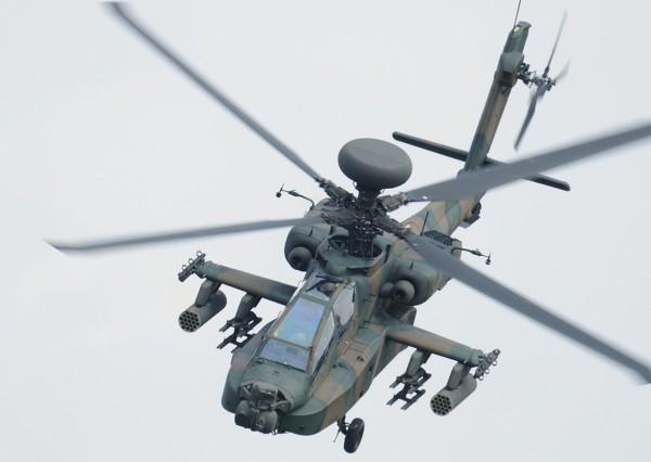 日本自衛隊一架阿帕契直升機於佐賀縣神埼市墜毀,機上兩人失去生命跡象。圖為同型號直升機。(美聯社)