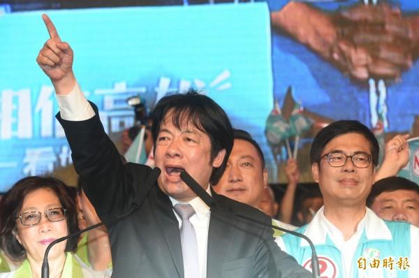 民進黨高雄市長候選人陳其邁昨晚在岡山辦團結造勢晚會,行政院長賴清德說,高雄是個包容城市,但不能包容假消息,與攻擊、扭曲、抹黑,這只會讓高雄市沉淪。(記者張忠義攝)